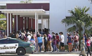 Des élèves et enseignants sont revenus dimanche 25 février 2018 dans leur lycée en Floride (Parkland) pour la première fois depuis la fusillade qui y a fait 17 morts.