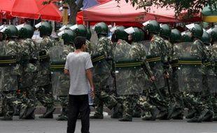 Un homme face à l'armée lors de émeutes en Chine le 6 juillet 2009 à Urumqi.