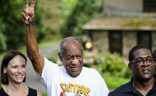 Bill Cosby devant sa maison en Pennsylvanie, le 30 juin 2021, après sa libération à la suite de l'annulation de sa condamnation par la Cour suprême de l'Etat pour un vice de procédure.