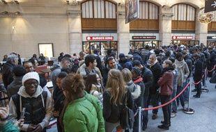 La file d'attente devant le restaurant Burger King, qui ouvrait ses portes à Paris, lundi 16 décembre 2013