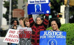 Des soutiens de Troy Davis, devant le bureau des grâces, lundi à Atlanta.