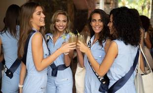 Miss Franche-Comté, miss Provence, miss Côte-d'Azur et miss Picardie trinquent avec leur cocktail de bienvenue à l'hôtel Dinarobin.