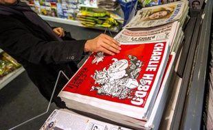 Un numéro de Charlie Hebdo dans un kiosque à journaux le 25 février 2015 à Lille