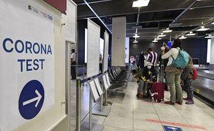 Un dépistage de voyageurs à l'aéroport de Dusseldorf, en Allemagne, le 27 juillet 2020.