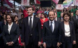 Ségolène Royal, Arnaud Montebourg et Martine Aubry entourent François Hollande lors la cérémonie d'investiture du candidat socialiste à la Halle Freyssinet, à Paris, le 22 octobre 2011.