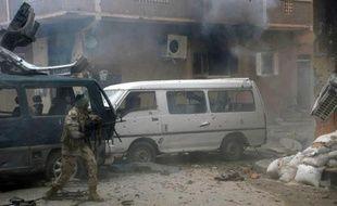 A member of the pro-government Libyan forces fires towards Des forces gouvernementales visent des combattants islamistes le 2 novembre 2014 à Benghazi
