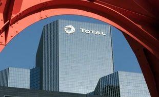 """Total a confirmé vendredi mener une """"réflexion"""" sur une éventuelle cession de sa filiale TIGF, gérant notamment 13% du réseau national de gazoducs, une semaine après avoir démenti ce projet auquel s'opposent syndicats et élus de la région paloise."""