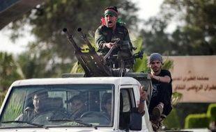 """Des ex-rebelles ont pris d'assaut lundi l'aéroport de Tripoli, bloquant le trafic aérien, pour dénoncer le mystérieux """"enlèvement"""" de leur chef, avant que les autorités ne parviennent à les chasser et à reprendre le contrôle de la situation."""