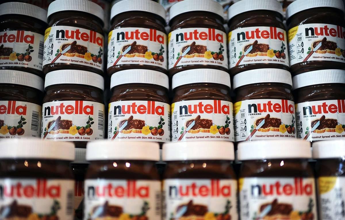 """Une rangée de pots de crème à tartiner au """"Nutella Bar"""" à New York, le 20 mai 2014. – SIPANY/SIPA"""