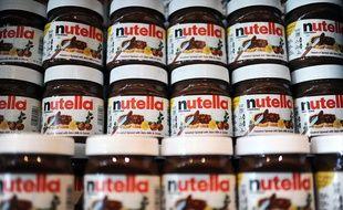 """Une rangée de pots de crème à tartiner au """"Nutella Bar"""" à New York, le 20 mai 2014."""