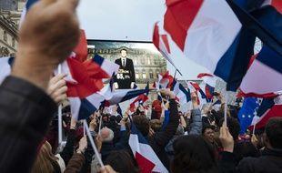 Une foule devant un écran annonçant la victoire d'Emmanuel Macron à l'élection présidentielle, le 7 mai 2017 à Paris