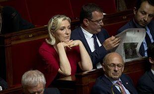 Marine Le Pen à l'Assemblée aux côtés des députés RN Louis Aliot et Sébastien Chenu, le 31 juillet 2018.