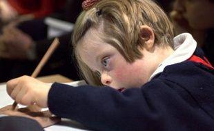 Une enfant trisomique dessine, le 11 avril 2001 à Paris.