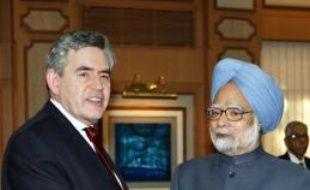 Le Premier ministre britannique Gordon Brown est arrivé dimanche à Islamabad en provenance de New Delhi pour tenter de désamorcer la crise entre l'Inde et le Pakistan née des attaques de Bombay fin novembre, selon une journaliste de l'AFP qui l'accompagne.