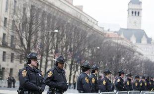 Des policiers sécurisent la Pennsylvania Avenue avant la cérémonie d'investiture de Donald Trump