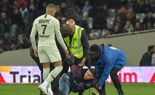 Un supporter du PSG s'est introduit en plein match sur la pelouse du Stadium de Toulouse pour prendre un selfie avec Kylian Mbappé, dimanche soir.