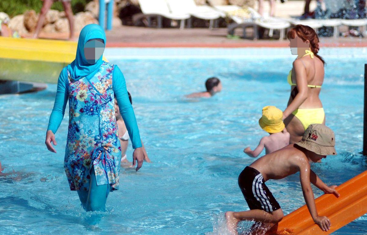 Une femme porte un burkini (à gauche) dans une piscine (illustration). – CEM OZDEL/A.A./SIPA