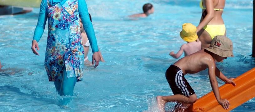 Une femme porte un burkini dans une piscine (illustration).