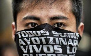 Un étudiant lors d'une manifestation organisée à Mexico pour réclamer justice trois mois après la disparition de 43 étudiants, le 26 décembre 2014