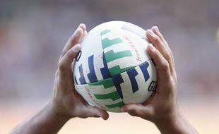 Un ballon de rugby lors du match entre l'Afrique du Sud et les Samoa pendant la Coupe du monde, le 9 septembre 2007 au Parc des Princes de Paris.