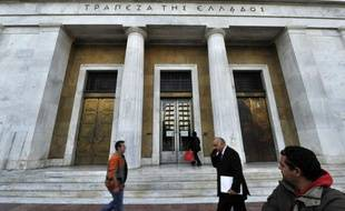 """La Grèce doit choisir entre une """"descente incontrôlée"""" et un """"effort total"""", a averti solennellement mercredi la Banque de Grèce (BdG), selon laquelle le deuxième plan d'aide décidé par la zone euro fin octobre constitue """"probablement la dernière chance"""" pour le pays."""