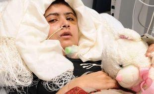 """La jeune fille devra subir ensuite une chirurgie réparatrice au niveau de la boîte crânienne, """"mais pas avant plusieurs semaines"""", selon le Dr Rosser qui pense que Malala """"devrait probablement pouvoir récupérer pleinement""""."""