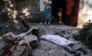 Le lieu de l'impact de l'obus tiré le 23 août à Donetsk qui a fait au moins trois morts de la même famille.
