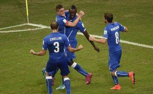Mario Balotelli et ses coéquipiers lors de son but face à l'Angleterre, le 14 juin 2014.