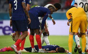Benjamin Pavard est resté quelques minutes au sol après un choc violent reçu contre l'Allemagne.