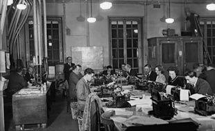 Des journalistes au siège de l'agence Havas en 1930 à Paris