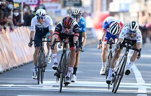 Sprint entre le Slovène Tadej Pogacar et le Français Julian Alaphilippe à l'arrivée de la course cycliste Liège-Bastogne-Liège, à Liège, le 25avril 2021.