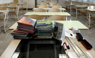 Le bureau d'un professeur dans une classe de collège.