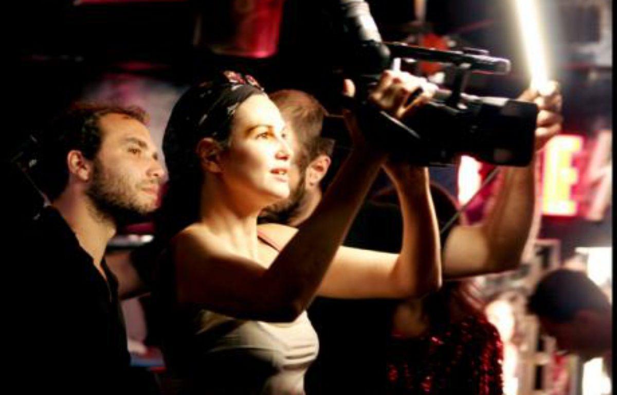 """Helena Noguerra réalise """"Peep-show Héros"""", un court métrage X – Cassandre Sturboise"""