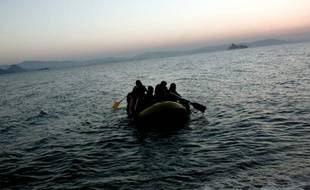 Des migrants arrivent sur l'île grecque de Kos sur un petit bateau pneumatique, le 19 août 2015