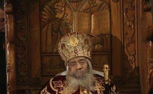 Des dizaines de milliers de fidèles ont défilé dimanche au Caire devant la dépouille de Chenouda III, chef de l'Eglise copte orthodoxe décédé après quatre décennies à la tête de la plus grande communauté chrétienne du Moyen-Orient.