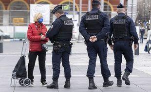 Un contrôle de police, à Nice le 27 février, pendant le premier week-end de confinement partiel décidé dans les Alpes-Maritimes
