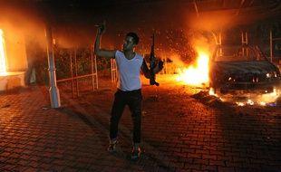 Un homme armé lors de l'attaque contre la mission diplomatique américaine à Benghazi, en Libye, le 11 septembre 2012.