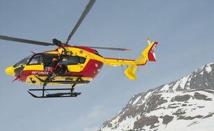 Un hélicoptère de secours en montagne. Illustration.