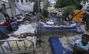 Des blessés à l'extérieur de l'hôpital de l'Immaculée conception des Cayes, en Haïti le 16 août 2021.