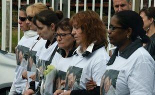 Hommage à Jean-Baptiste Salvaing et Jessica Schneider, le 16 juin 2016 devant le commissariat de Mantes-la-Jolie