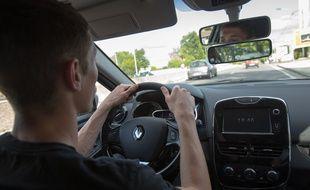 Un conducteur en formation dans une voiture d'auto-école (Illustration).
