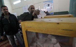Le dernier tour des élections législatives, les premières depuis la chute en février 2011 du président Hosni Moubarak, s'est ouvert mardi en Egypte, où le scrutin a été dominé jusqu'ici par les islamistes.