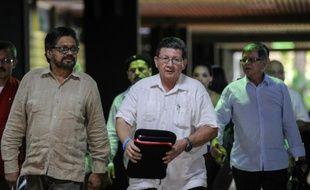 Des commandants des Farc, Ivan Marquez (g), Pablo Catatumbo (c) et Rodrigo Granda (d) à La Havane pour des pourparlers de paix avec le gouvernement, le 9 novembre 2015