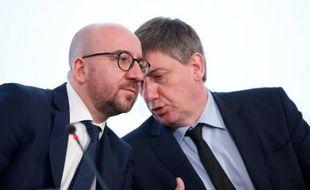 Le Premier ministre belge Charles Michel (à gauche) et le vice-premier ministre et ministre de l'Intérieur Jan Jambon lors d'une réunion après le démantèlement d'une cellule teroriste à Bruxelles le 18 juin 2016