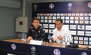 Dominique Arribagé (à gauche), le nouvel entraîneur du TFC, au côté du président Olivier Sadran, le 16 mars 2015 à Toulouse.