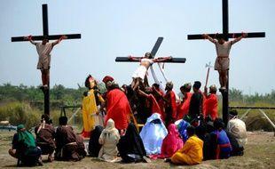 Des fidèles sont cloués sur la croix le 25 mars 2016 à San Juan aux Philippines