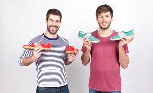Kevin et Ronan avec leurs chaussures artisanales et solidaires.