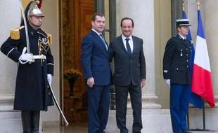 Le Premier ministre russe, Dmitri Medvedev, a exprimé mardi à Paris un soutien appuyé de son pays à l'euro, souhaitant toutefois une sortie rapide de la crise, lors d'une visite destinée à renforcer les relations entre la France et la Russie.