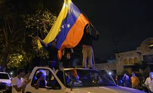 Des partisans de l'opposition vénézuelienne crient leur joie dans les rues de Caracas.