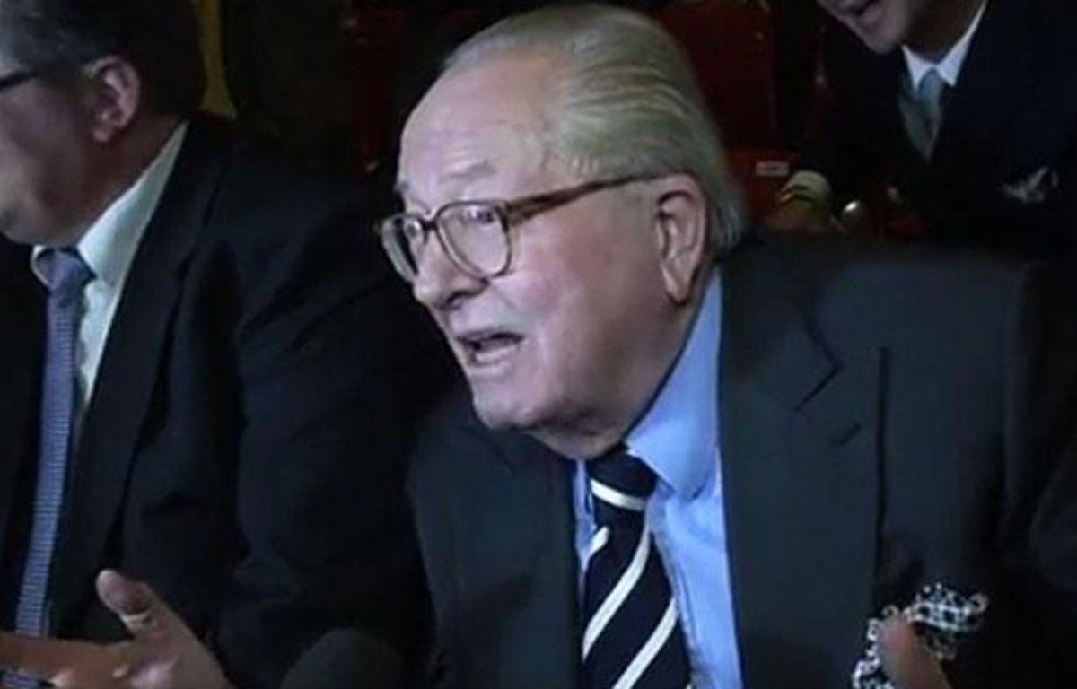 Capture d'écran d'une vidéo de Jean-Marie Le Pen s'exprimant au micro de la LCP (mardi 17 avril 2012) – 20 Minutes